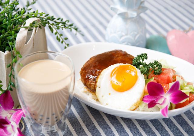 ハワイで人気のロコモコ丼&タピオカロイヤルミルクティーのイメージ