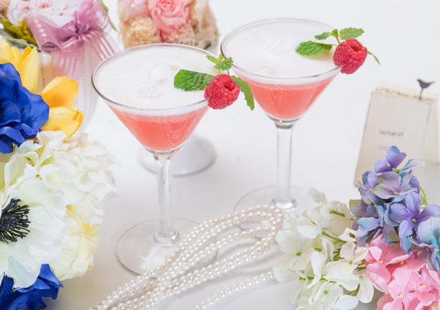 ウェディングのお祝いに花を添えるフルーツカクテルを作ろうのイメージ